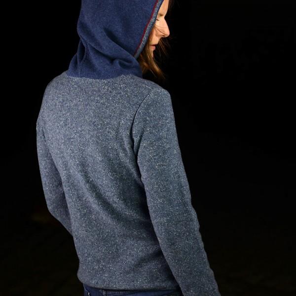 Blaumelierter Kapuzen-Pullover aus Bayern vom Strickspezialisten ASTRIFA.