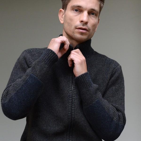 Zip-Cardigan mit Perlmuster-Textur von FISHERMAN out of IRELAND. Eine kernige Jacke in einem melierten Farbton