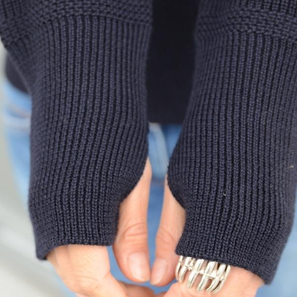 Schwerer Seemanns-Pullover mit Rollkragen, bei der die Vorderseite gleich der Hinterseite gestrickt ist.