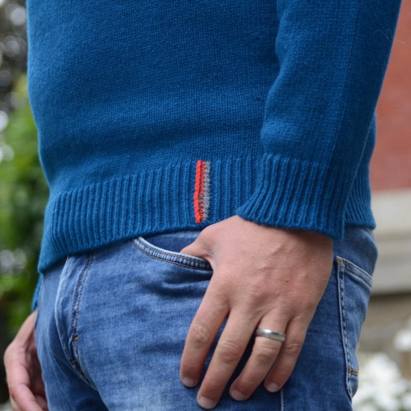 Weicher, sportlicher Geelong-Wollpullover mit subtilen Details. Made in Ireland.