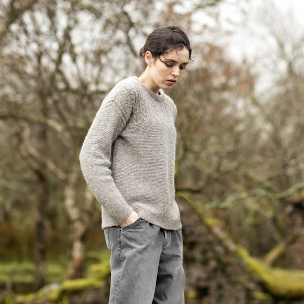 Leichter, irischer Alpaka-Pullover mit einer Kombination von Lochstrickmuster und Linksstrick.