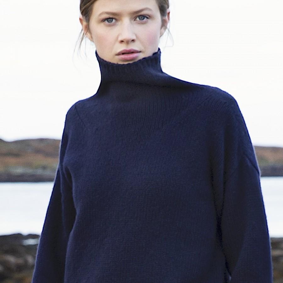 Lässiger Oversize-Pullover mit halsfernem Stehkragen, der dank 100% extrafeiner Merinowolle sehr, sehr weich ist.