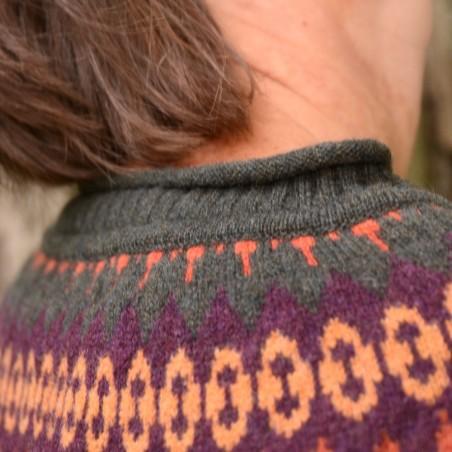 Cairngorm Cardigan ist eine neue FairIsle-Strickjacke von ERIBÉ, hier in der Farbe Birch.