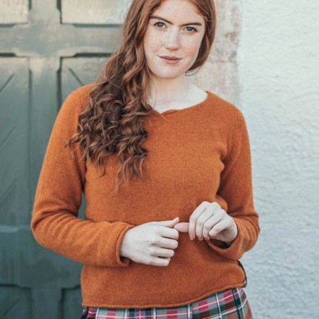 Leichter und weicher Rundhalspullover mit schmalen Rollbündchen vom schottischen Label Eribé.
