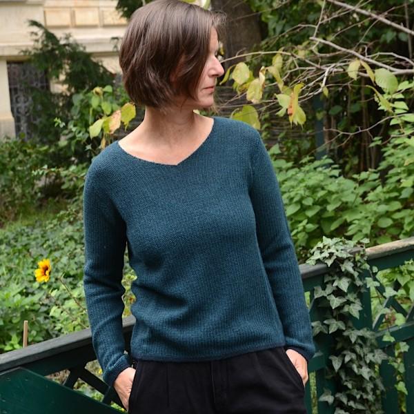 Alpaka-Pullover mit V-Ausschnitt von Les Racines du Ciel in Green-Petrol.